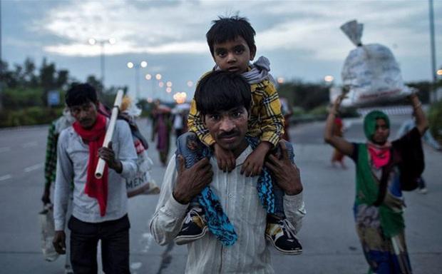 Ấn Độ phong tỏa toàn quốc, nam công nhân chết gục khi đi bộ 200km về nhà - Ảnh 1.