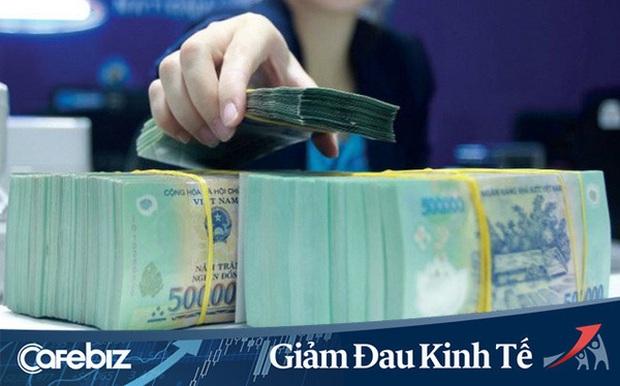 Lương thưởng nhân viên ngân hàng sắp giảm vì Covid-19 - Ảnh 1.