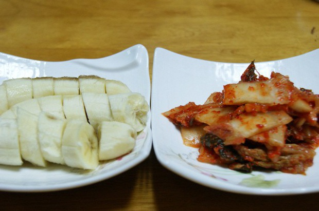 Hàn Quốc có những món mà chỉ người bản địa mới dám ăn thử, điển hình như món chuối chấm kim chi này - Ảnh 1.