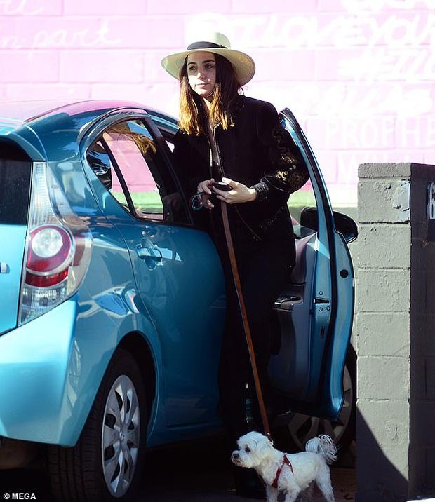 Bond Girl mới Ana de Armas để mặt mộc 100% dạo phố mà dân tình đứng ngồi không yên, gu thời trang còn gây bất ngờ hơn - Ảnh 2.