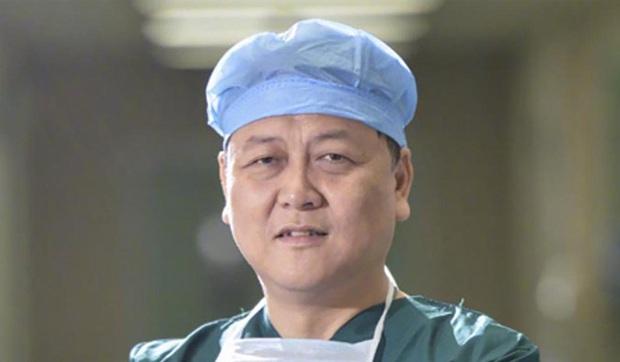 Bác sĩ phó khoa mắt bệnh viện Trung tâm Vũ Hán qua đời vì nhiễm virus corona - Ảnh 3.