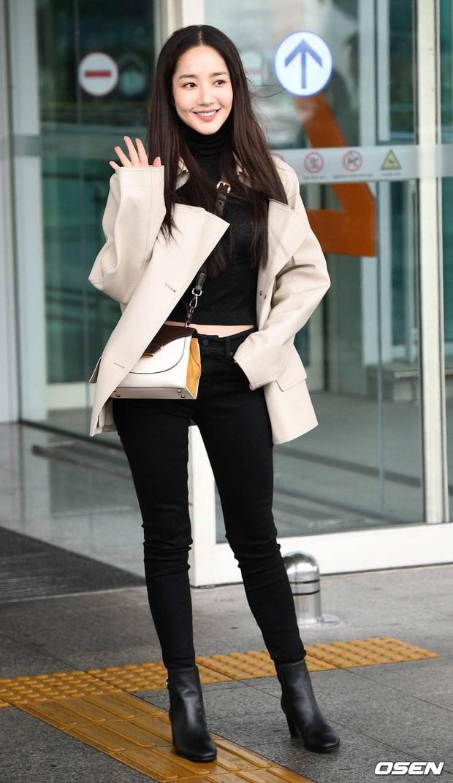 Tư tưởng lớn diện boots đen giống nhau, các sao Hàn ra sân bay để lại 9 chiêu mix đồ chanh sả cho các nàng bắt chước - Ảnh 1.