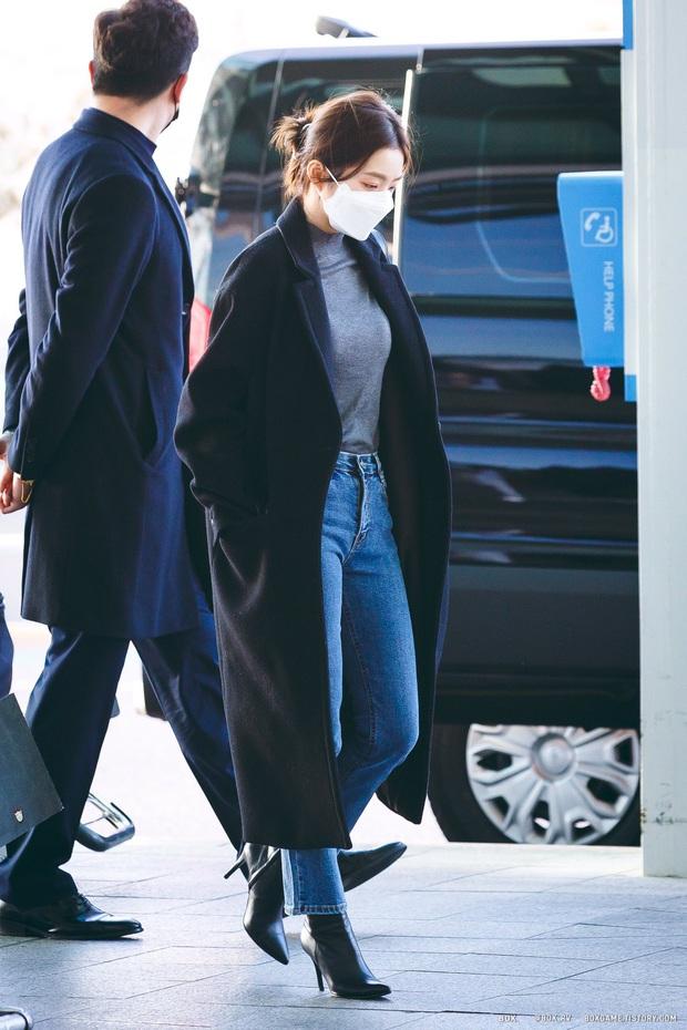Tư tưởng lớn diện boots đen giống nhau, các sao Hàn ra sân bay để lại 9 chiêu mix đồ chanh sả cho các nàng bắt chước - Ảnh 2.