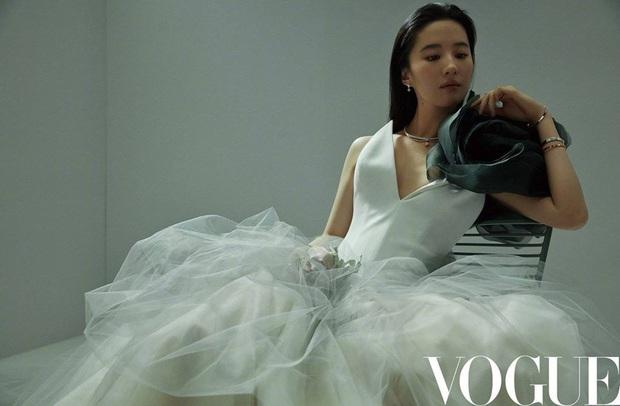 Tưởng bị báo Mỹ dìm, Lưu Diệc Phi vẫn mắc lỗi photoshop khó đỡ, nhan sắc và khí chất nhạt nhoà dù lên tạp chí Trung - Ảnh 8.