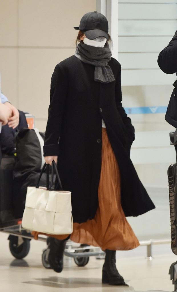 Tư tưởng lớn diện boots đen giống nhau, các sao Hàn ra sân bay để lại 9 chiêu mix đồ chanh sả cho các nàng bắt chước - Ảnh 6.