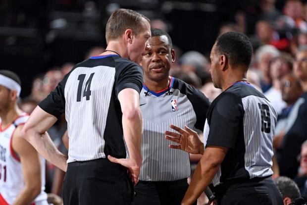 Khẽ chạm tay trọng tài một chút thôi, sao bóng rổ NBA lĩnh án phạt với số tiền gần 600 triệu đồng - Ảnh 2.