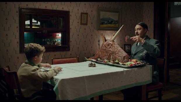 """Jojo Rabbit - Phim hài vẽ Hitler ngô nghê đến mức đáng yêu gây tranh cãi từ đạo diễn của """"Thor: Ragnarok - Ảnh 2."""