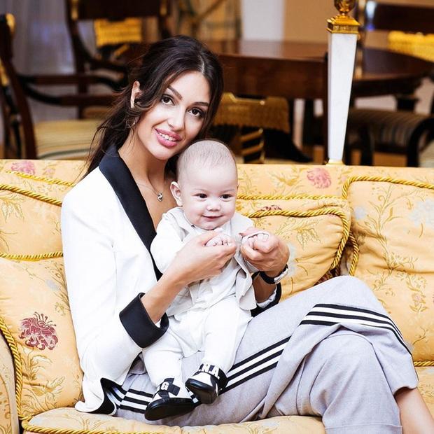 Con trai của người đẹp Nga bị cựu vương Malaysia phủ nhận chung huyết thống gây bất ngờ với hình ảnh hiện tại - Ảnh 2.
