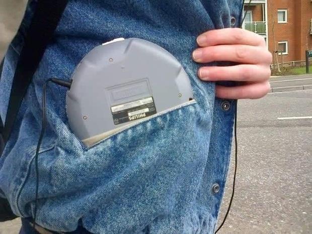 Bạn nghĩ đây là thứ gì? Một chiếc máy nghe nhạc đía CD điển hình của rich kid thứ thiệt thời 8x đó!