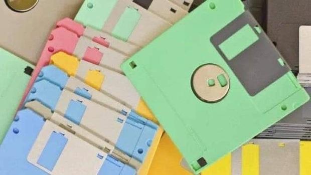 Trước khi USB ra đời và phổ biến, đĩa mềm là đạo cụ thần thánh của những con mọt máy tính chuẩn không cần chỉnh.