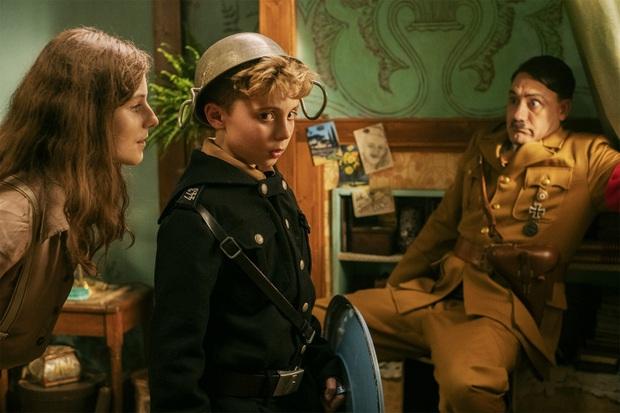 """Jojo Rabbit - Phim hài vẽ Hitler ngô nghê đến mức đáng yêu gây tranh cãi từ đạo diễn của """"Thor: Ragnarok - Ảnh 3."""