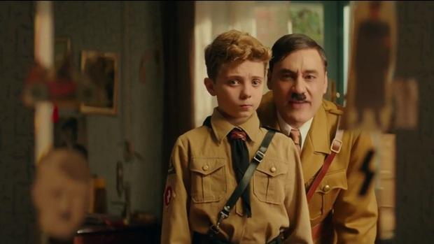 """Jojo Rabbit - Phim hài vẽ Hitler ngô nghê đến mức đáng yêu gây tranh cãi từ đạo diễn của """"Thor: Ragnarok - Ảnh 5."""