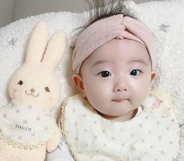 Mới 6 tuổi đã trở thành gương mặt đại diện quảng cáo, cháu Jisoo gây bão MXH: Hưởng hết gen đẹp từ dì rồi - Ảnh 2.
