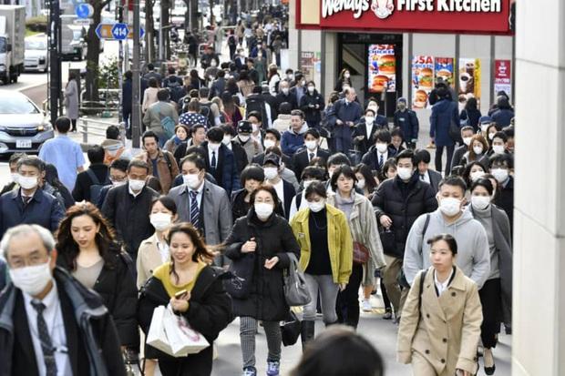 Nhật Bản ghi nhận số ca nhiễm virus corona mới tăng cao nhất trong 1 ngày, có hơn 300 người mắc bệnh trên đất liền - Ảnh 1.