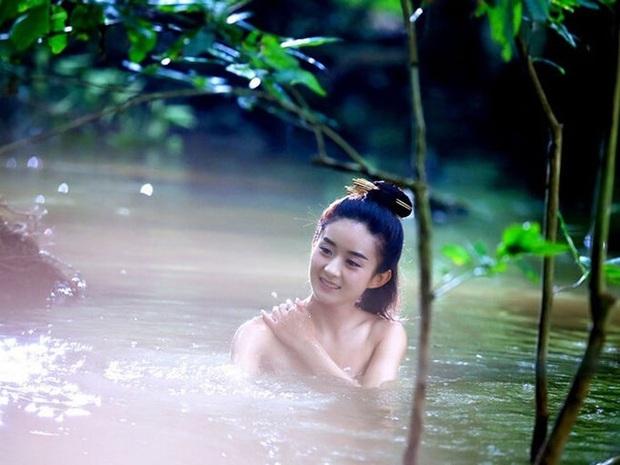 6 cảnh tắm cực hot của loạt mỹ nhân Hoa Ngữ: Địch Lệ Nhiệt Ba ngại ngùng tắm cùng đế quân, Triệu Vy cân mọi thể loại - Ảnh 5.