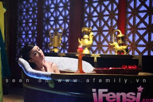 6 cảnh tắm cực hot của loạt mỹ nhân Hoa Ngữ: Địch Lệ Nhiệt Ba ngại ngùng tắm cùng đế quân, Triệu Vy cân mọi thể loại - Ảnh 7.