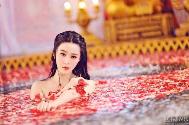 6 cảnh tắm cực hot của loạt mỹ nhân Hoa Ngữ: Địch Lệ Nhiệt Ba ngại ngùng tắm cùng đế quân, Triệu Vy cân mọi thể loại - Ảnh 10.