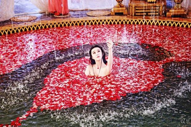 6 cảnh tắm cực hot của loạt mỹ nhân Hoa Ngữ: Địch Lệ Nhiệt Ba ngại ngùng tắm cùng đế quân, Triệu Vy cân mọi thể loại - Ảnh 11.