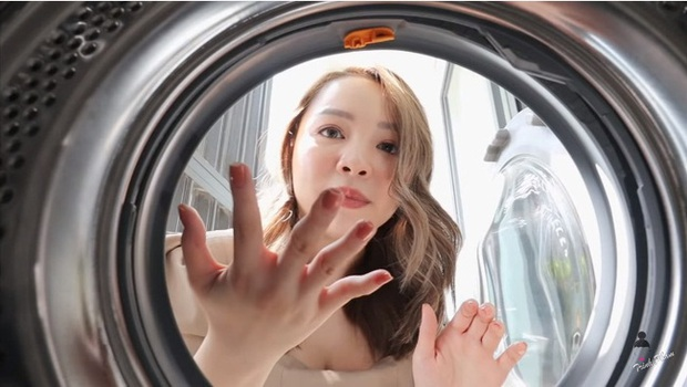 Hot mom Trinh Phạm quằn quại thử hết 3 trend chụp ảnh trong lồng máy giặt, túi gói bim bim, bê nồi cơm điện hot nhất hiện nay: Cái muốn gãy lưng, cái như đi ăn trộm - Ảnh 2.