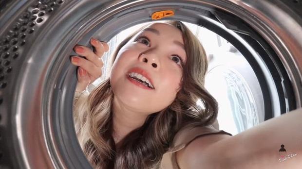 Hot mom Trinh Phạm quằn quại thử hết 3 trend chụp ảnh trong lồng máy giặt, túi gói bim bim, bê nồi cơm điện hot nhất hiện nay: Cái muốn gãy lưng, cái như đi ăn trộm - Ảnh 4.