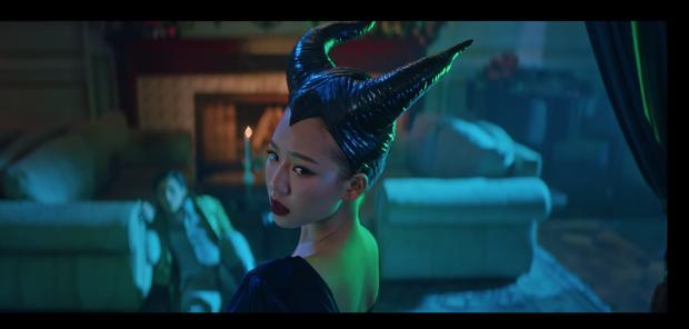 Có đi lạc vào vũ trụ cổ tích của AMEE mới biết: Nàng công chúa mộng mơ có thể vì hoàng tử đi chơi về trễ mà hoá luôn thành... Maleficent! - Ảnh 7.