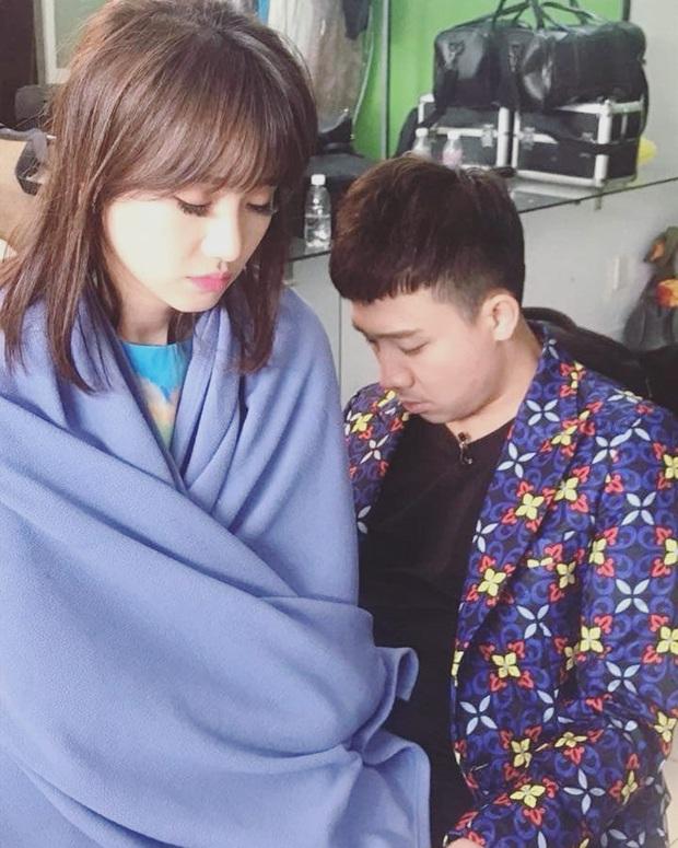 Trấn Thành - Hari Won bị chụp lén sau cánh gà, fan chẳng khen tình tứ mà xót xa vì thương đôi vợ chồng - Ảnh 3.