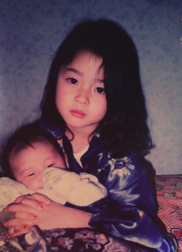Hết gây sốt bởi thân hình nóng bỏng, nữ phụ xinh đẹp của Itaewon Class lại khiến netizen trầm trồ vì ảnh hồi bé quá xuất sắc - Ảnh 2.