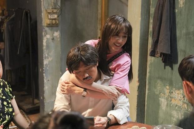 Trấn Thành - Hari Won bị chụp lén sau cánh gà, fan chẳng khen tình tứ mà xót xa vì thương đôi vợ chồng - Ảnh 5.