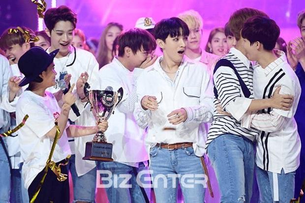 10 ca khúc ẵm nhiều cúp nhất trên show âm nhạc thập niên 2000: BTS phá kỷ lục 7 năm của PSY, tân binh 10 ngày tuổi đá văng SNSD, EXO ra khỏi top 5 - Ảnh 11.