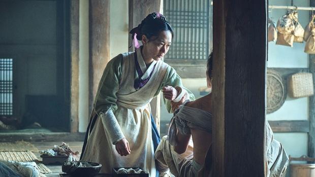 5 câu hỏi còn bỏ ngỏ từ Kingdom phần đầu: Ai là zombie đầu tiên, Bae Doona có yêu Joo Ji Hoon? - Ảnh 2.