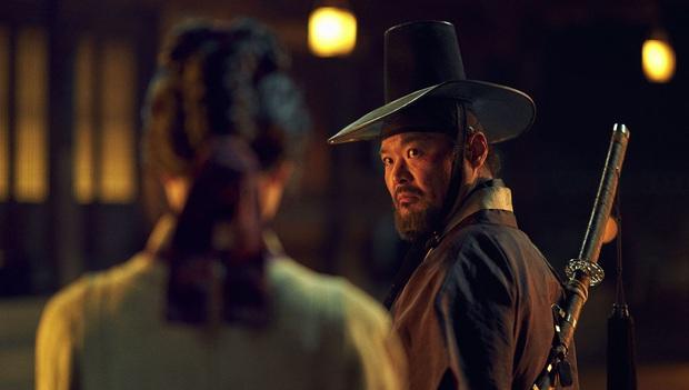 5 câu hỏi còn bỏ ngỏ từ Kingdom phần đầu: Ai là zombie đầu tiên, Bae Doona có yêu Joo Ji Hoon? - Ảnh 5.