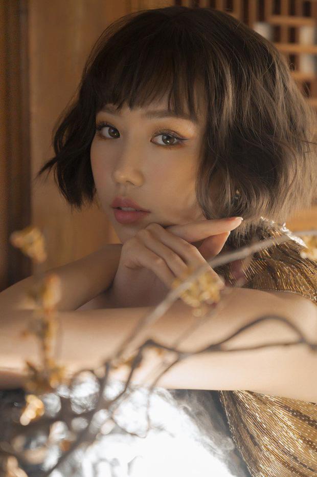 Min đăng 7 tấm ảnh ở nhà: ai dán mắt vào body sexy thì cứ việc, riêng fan Kpop dành trọn sự chú ý vào album IU, Taeyeon, BLACKPINK bày xung quanh - Ảnh 1.