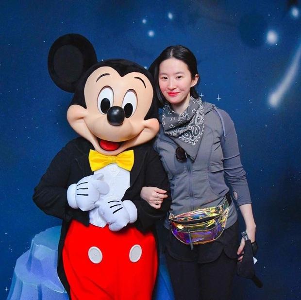 Bị dìm tơi tả trên tạp chí từ Mỹ đến Trung, Lưu Diệc Phi đáp trả bằng mặt mộc đẹp xuất sắc ai cũng phải ghen tị - Ảnh 5.