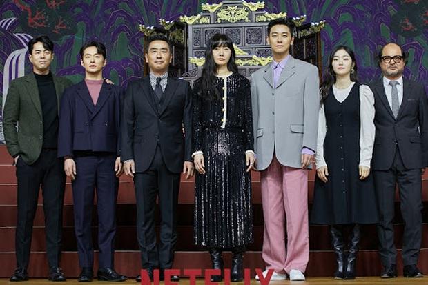 Họp báo Kingdom 2 đã qua nhưng khán giả Hàn vẫn nhiệt tình khẩu nghiệp: Chê thời trang của Joo Ji Hoon lẫn diễn xuất của vương hậu - Ảnh 2.