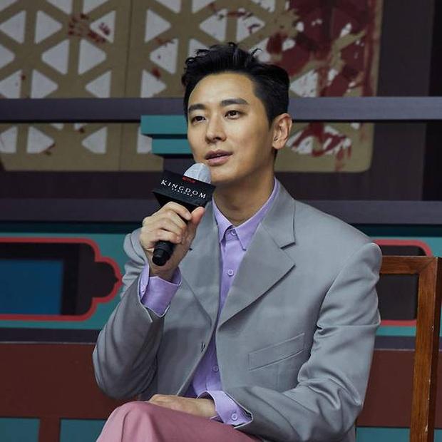 Họp báo Kingdom 2 đã qua nhưng khán giả Hàn vẫn nhiệt tình khẩu nghiệp: Chê thời trang của Joo Ji Hoon lẫn diễn xuất của vương hậu - Ảnh 6.