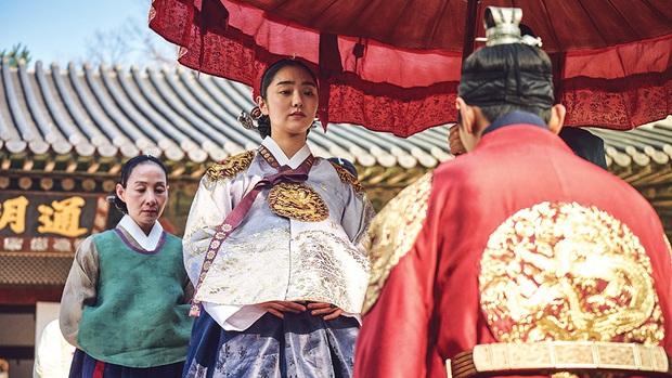 Họp báo Kingdom 2 đã qua nhưng khán giả Hàn vẫn nhiệt tình khẩu nghiệp: Chê thời trang của Joo Ji Hoon lẫn diễn xuất của vương hậu - Ảnh 5.