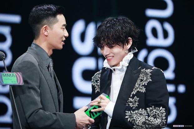 """V (BTS) hát OST cho """"Tầng Lớp Itaewon"""" của bạn thân Park Seo Joon, có thêm anh em giúp sức ngày lật đổ Jangga hẳn không còn xa! - Ảnh 4."""