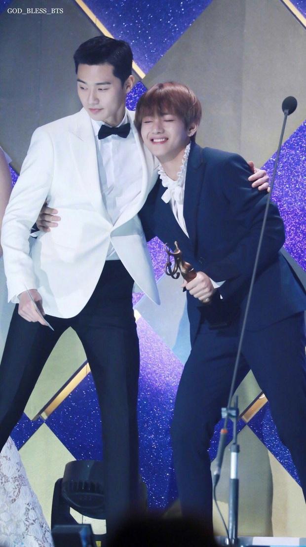 """V (BTS) hát OST cho """"Tầng Lớp Itaewon"""" của bạn thân Park Seo Joon, có thêm anh em giúp sức ngày lật đổ Jangga hẳn không còn xa! - Ảnh 2."""