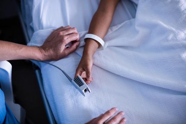 Cái kẹp này là gì mà tại sao nhiều bệnh nhân khi vào viện đều phải đeo nó? - Ảnh 1.