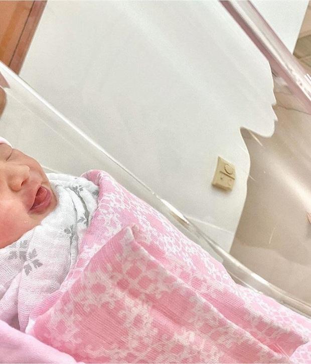 Em gái Trấn Thành đã sinh con đầu lòng, khoe ảnh gia đình nhỏ 3 người cưng xỉu - Ảnh 2.