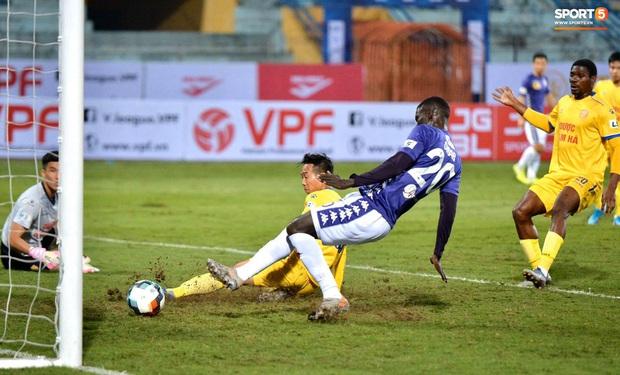 Cầu thủ Hà Nội FC có hành động đẹp tri ân Duy Mạnh trong ngày đánh bại Nam Định FC - Ảnh 3.