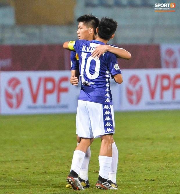 Cầu thủ Hà Nội FC có hành động đẹp tri ân Duy Mạnh trong ngày đánh bại Nam Định FC - Ảnh 5.