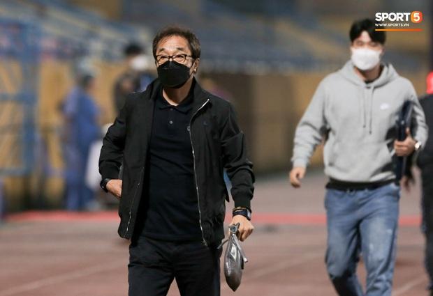 Đình Trọng, Thành Chung cười tít mắt khi gặp lại 2 trợ lý HLV Hàn Quốc vừa hết hạn cách ly vì Covid-19 - Ảnh 4.