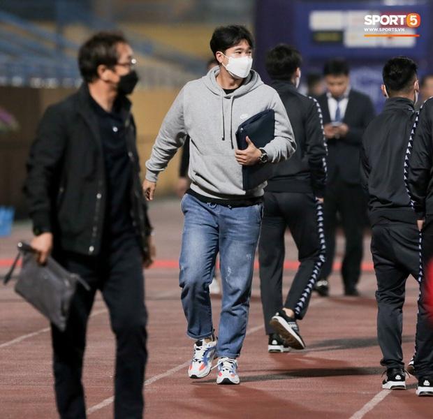 Đình Trọng, Thành Chung cười tít mắt khi gặp lại 2 trợ lý HLV Hàn Quốc vừa hết hạn cách ly vì Covid-19 - Ảnh 3.