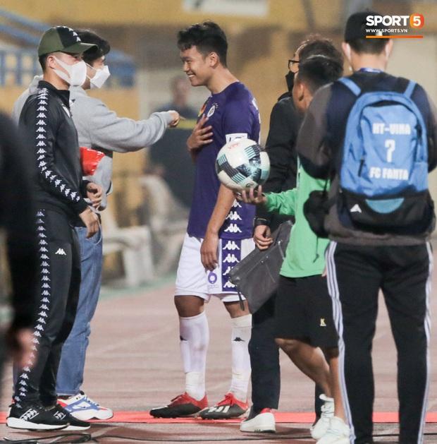 Đình Trọng, Thành Chung cười tít mắt khi gặp lại 2 trợ lý HLV Hàn Quốc vừa hết hạn cách ly vì Covid-19 - Ảnh 1.