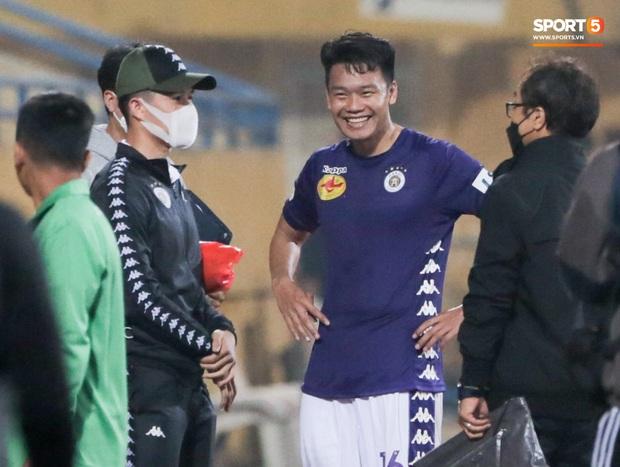 Đình Trọng, Thành Chung cười tít mắt khi gặp lại 2 trợ lý HLV Hàn Quốc vừa hết hạn cách ly vì Covid-19 - Ảnh 2.