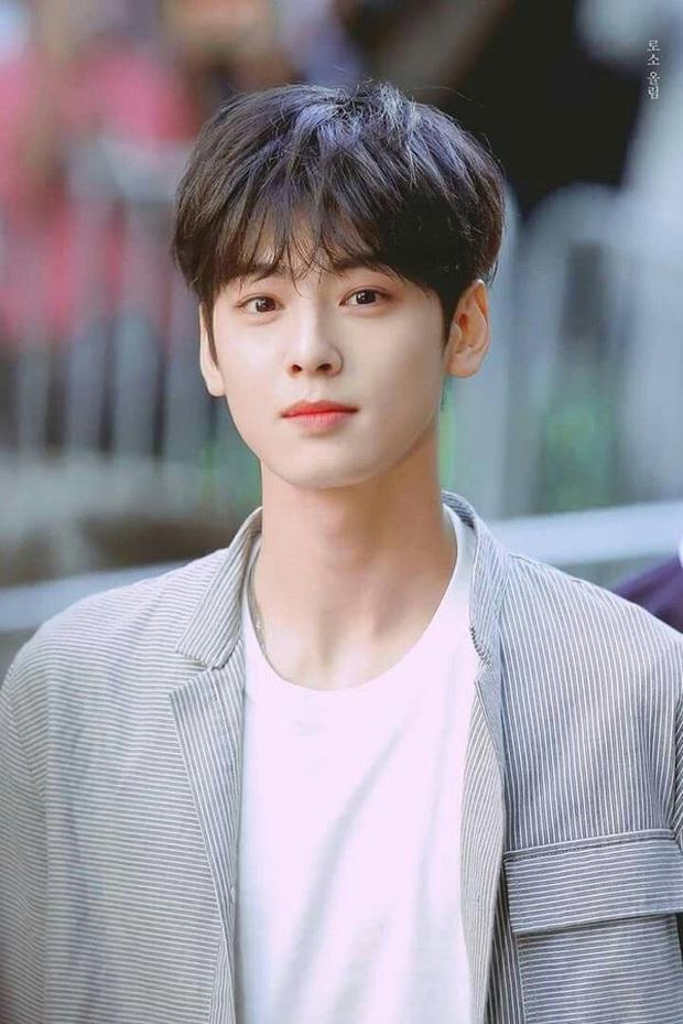 BXH 10 idol nam đẹp tự nhiên của Kpop: Vị trí top 3 gây bất ngờ, no.1 thuộc về nam thần BTS nào? - Ảnh 13.