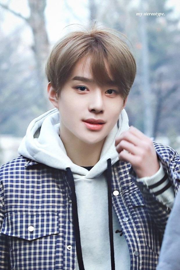 BXH 10 idol nam đẹp tự nhiên của Kpop: Vị trí top 3 gây bất ngờ, no.1 thuộc về nam thần BTS nào? - Ảnh 17.