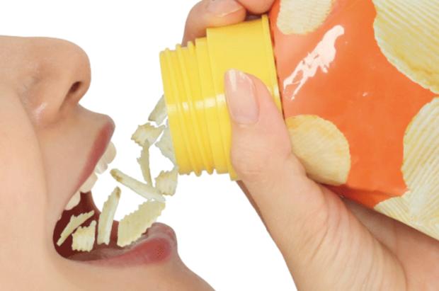 Bốc tay là xưa rồi, giờ xu hướng ăn snack mới của người Nhật phải là… cầm lên uống: Tất cả đều nhờ dụng cụ thần kỳ này! - Ảnh 7.