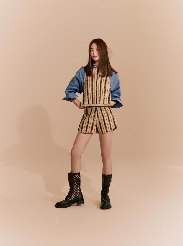 Ra mà xem Song Hye Kyo lần đầu đột phá ăn diện cá tính, chấp cả Angela Baby lẫn Jisoo khi đụng hàng - Ảnh 1.